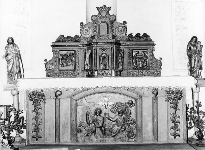 Autel sculpté en bas-relief de la Sainte Trinité, tabernacle architecturé surmonté d'une exposition, agrémenté de statuettes et de 2 bas-reliefs représentant la Visitation et l'Adoration des bergers, bois sculpté, peint, doré