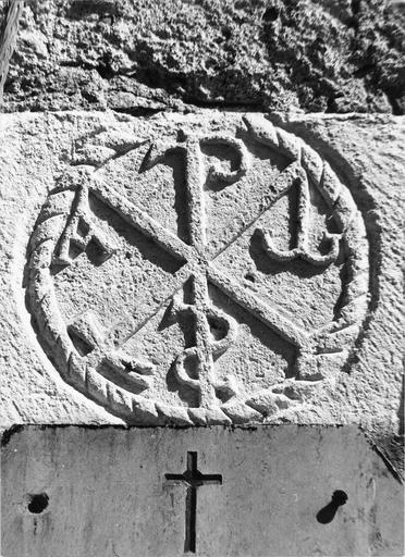 Pierre de taille sculptée en relief du chrisme