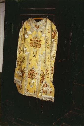 Chasuble, étole en soie brochée à motifs de bouquets de fleurs colorés sur fond jaune, ornés de galons en fils d'argent