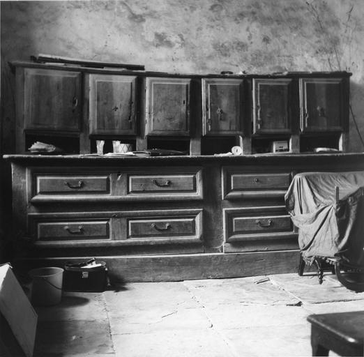 Meuble de sacristie à quatre tiroirs et 6 vantaux, bois taillé