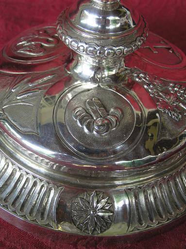 Calice, détail d'un médaillon du pied, représentation des Tables de la Loi