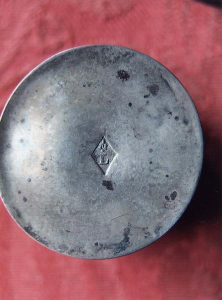 Coffret aux saintes huiles contenant l'ampoule à huile des catéchumènes et l'ampoule à saint chrême, détail d'un poinçon