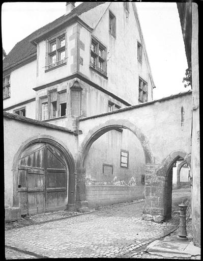 En contre-bas de la maison, portail et arcades