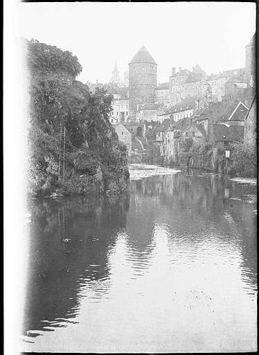 Vue générale de la ville en bordure de l'Armançon, pont et donjon