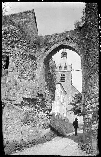 Porte de l'ancienne enceinte, clocher de l'église