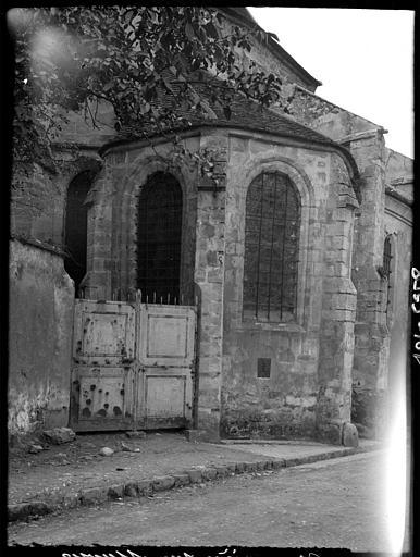 Chevet, détail : vitraux, porte