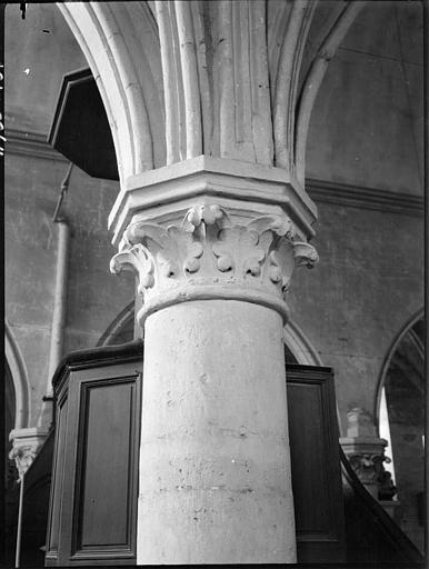 Intérieur : chapiteau de la nef, feuillages