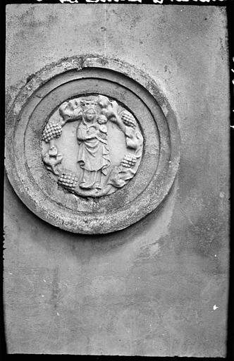 Bas-relief en forme de médaillon : Vierge à l'Enfant