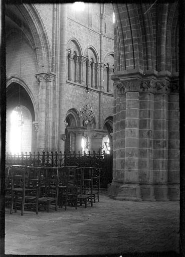 Intérieur : déambulatoire, piliers et tribunes