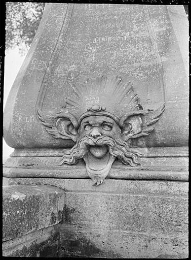 Fontaine de l'est : mascaron en forme de tête