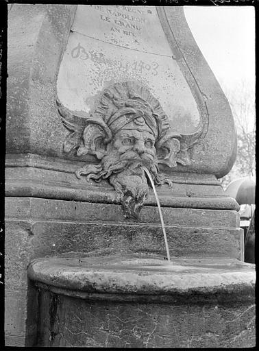 Fontaine de l'ouest : mascaron en forme de tête