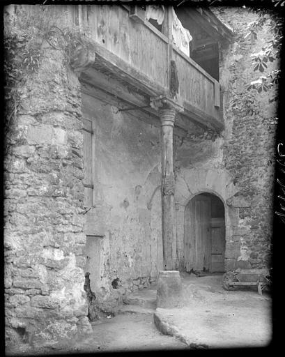 Cour intérieure : porte d'entrée, loggia