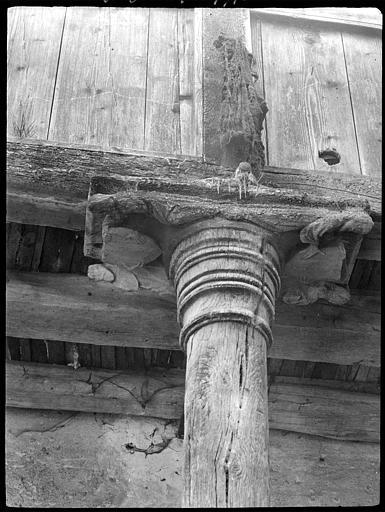 Pilier en bois : sculptures sur poutre, personnages