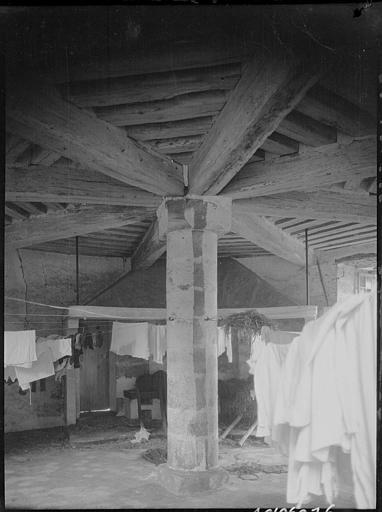 Intérieur du pigeonnier : linge étendu sous la charpente