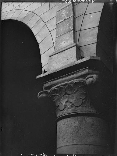 Intérieur : chapiteau, feuillages