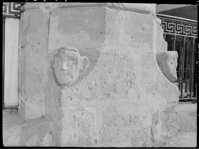 Base d'un pilier du transept : têtes sculptées
