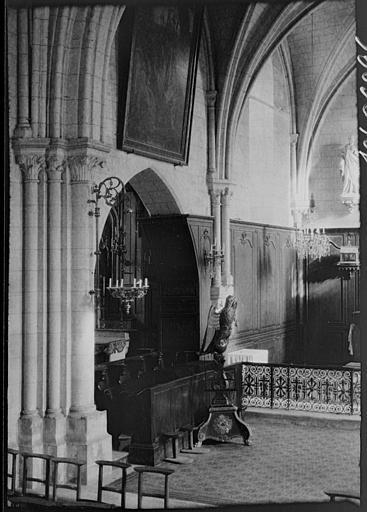 Intérieur : détail de l'autel, lutrin orné d'un aigle
