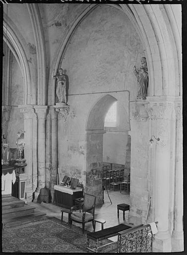 Intérieur : entrée d'une chapelle, statues de saints