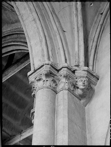 Intérieur : détail d'un chapiteau du bas-côté gauche, feuillages et visage d'homme