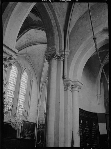 Intérieur : piliers et chapiteaux, feuillages