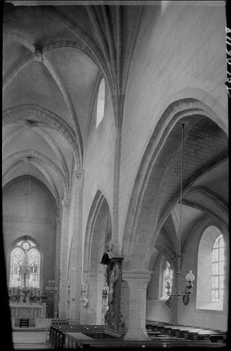 Intérieur : la nef vers le choeur et le bas-côté