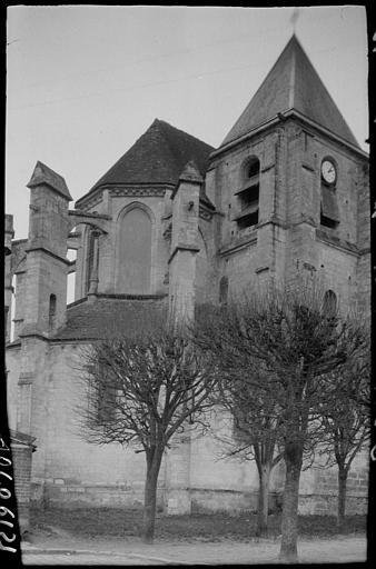 Clocher et abside depuis une place