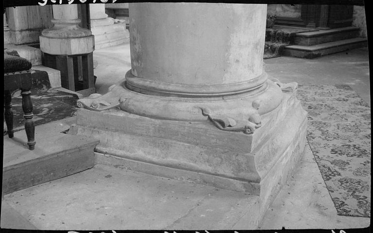 Intérieur : base sculptée d'une colonne du choeur