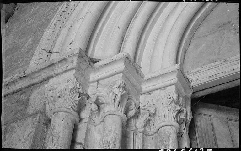 Portail principal sous le porche : chapiteaux, feuillages et animaux