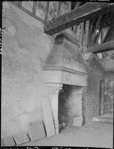 Ancienne salle des fêtes : cheminée