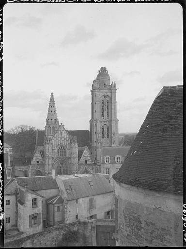 Clocher et flèche pris des toitures de la cathédrale