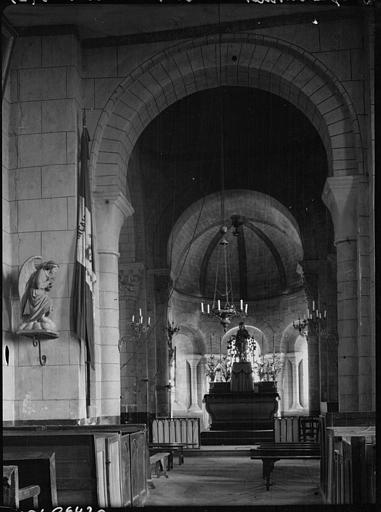 Intérieur : la nef vers le choeur, statue d'un ange