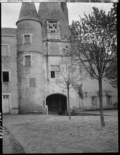 Entrée de l'ancien château devenu Hôtel de Ville