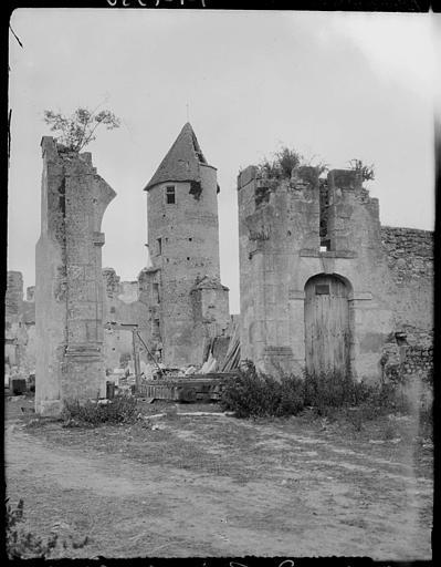 Ruines du corps de logis et de la tourelle