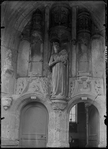 Portail sous le porche : trumeau, statue de la Vierge