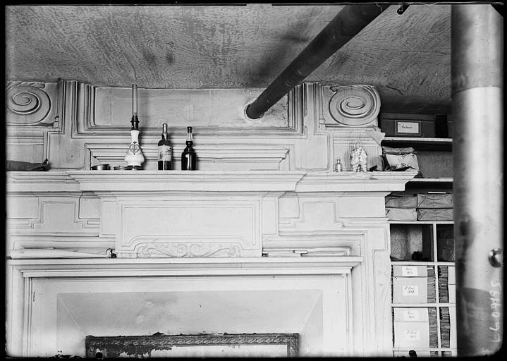 Intérieur : manteau en bois d'une cheminée