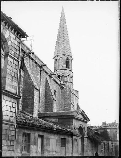 Clocher et façade latérale de l'église