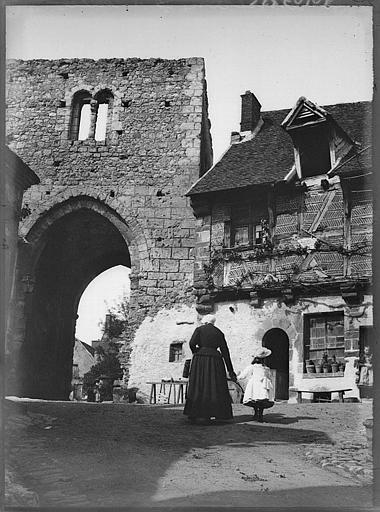Porte du Nord et façade d'une maison ancienne