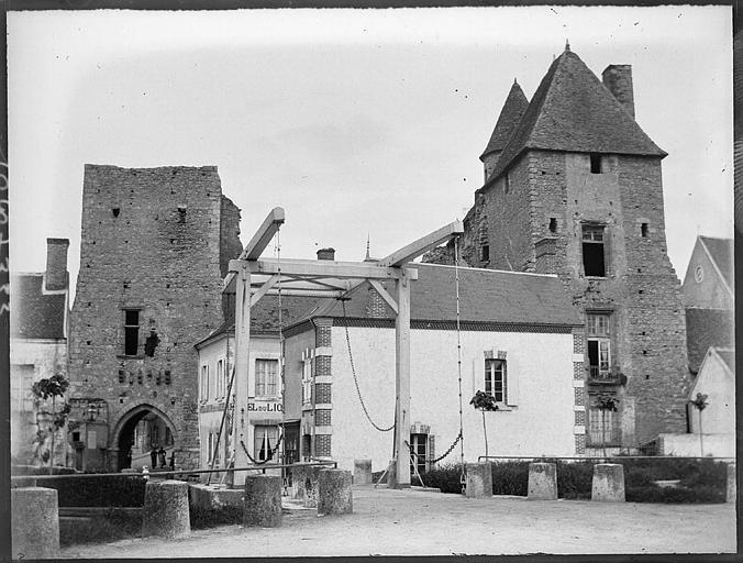 Enceinte fortifiée : Porte d'en bas, pont-levis et tour