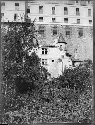 Vue prise au-dessus des remparts, maison à tourelle au premier plan