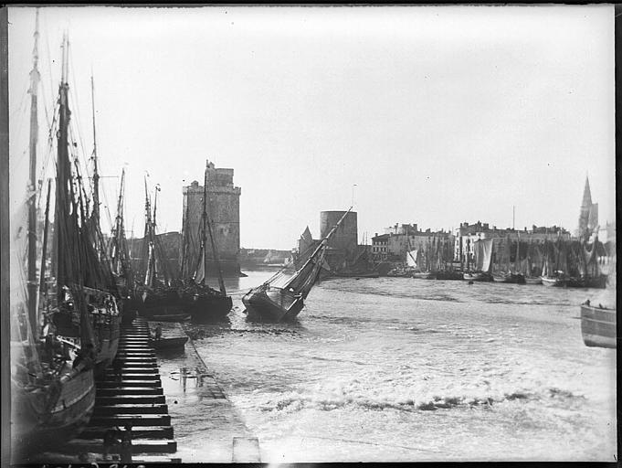 Voiliers dans le port, tours Saint-Nicolas et de la Chaîne