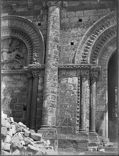 Façade ouest, détail du portail central et d'un portail muré : voussures et colonnettes