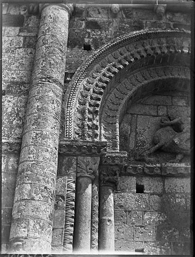 Façade ouest, détail du portail muré : voussures