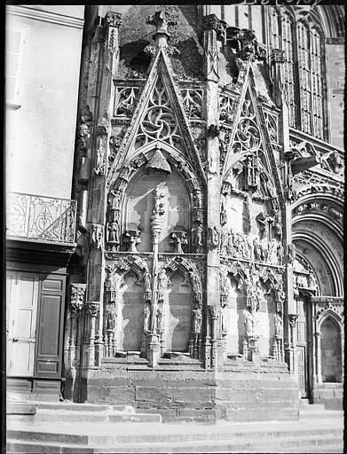 Façade ouest, détail : baies sculptées de l'ébrasement gauche