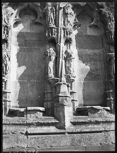 Façade ouest, détail : sculptures des baies de l'ébrasement gauche