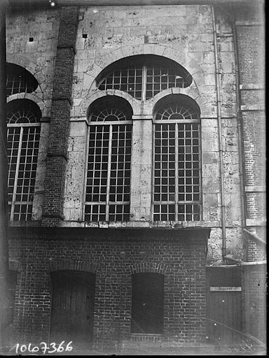 Bâtiment voisin de la salle synodale : fenestrage