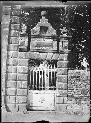 Portail de l'ancien Château devenu entrée du cimetière, portillon de droite