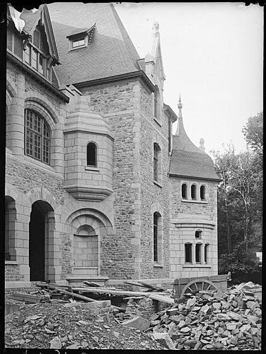 Façade principale, détail, en cours de construction