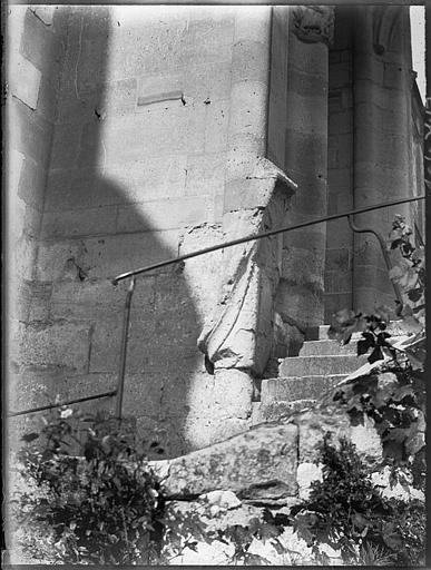 Escalier extérieur et base d'un mur