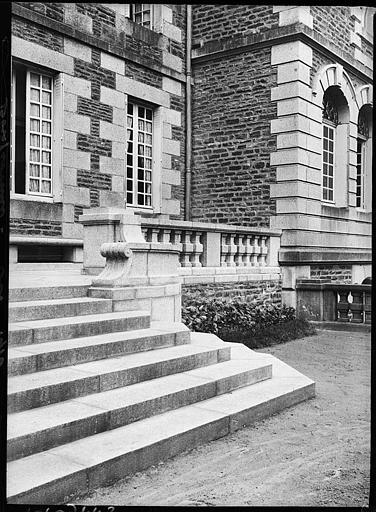 Façade principale : escalier extérieur et balustres