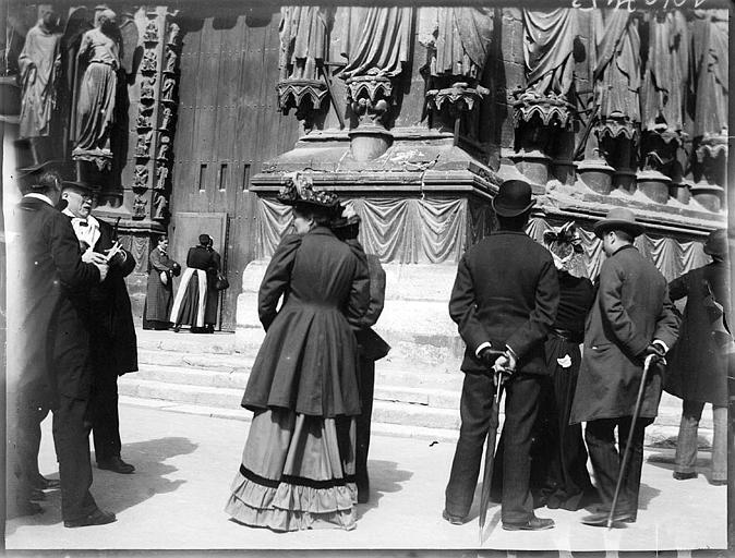 Visite du Trésor par le Service des Monuments Historiques, groupe de personnes